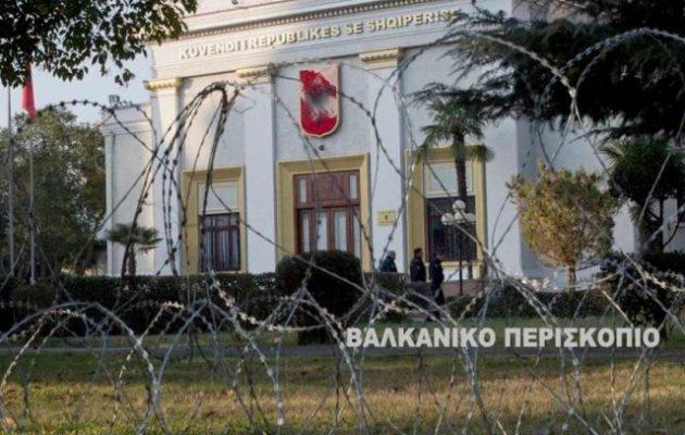 Στην Αλβανία η Βουλή «οχυρώθηκε» με συρματοπλέγματα