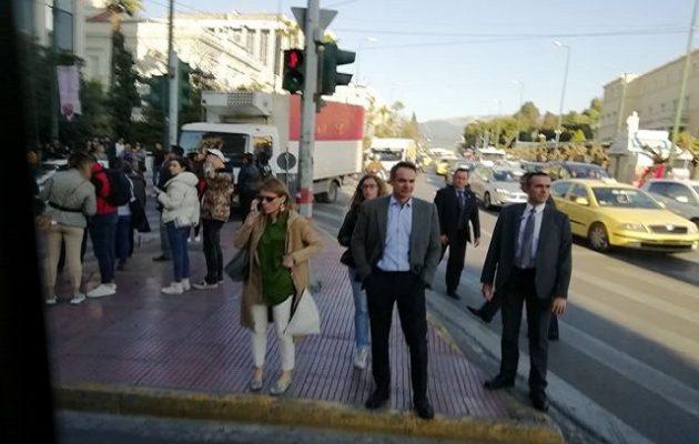 Ο Μητσοτάκης περπατάει στο δρόμο και δεν του δίνει κανείς σημασία (φωτο)