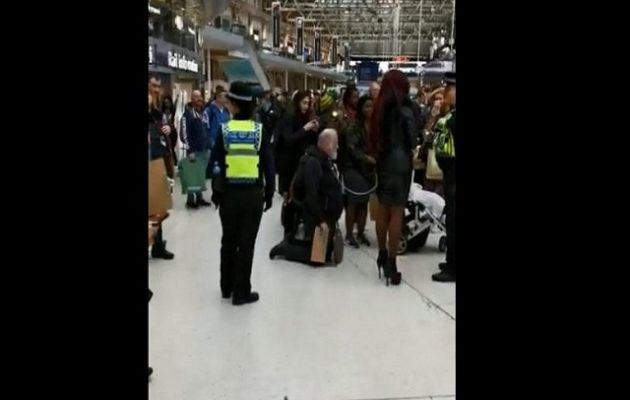 Αντρας κυκλοφορεί σε σταθμό τρένου δεμένος από την «αφέντρα» του (βίντεο)