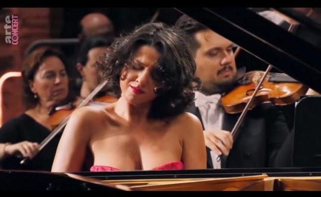 Αυτή η Γεωργιανή είναι η πιο καυτή πιανίστρια κλασικής μουσικής (βίντεο)