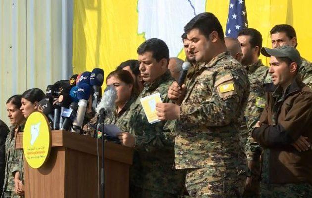 Κούρδοι και Αμερικανοί γιόρτασαν τη νίκη επί του ISIS στο πεδίο της μάχης – Συγκινητική τελετή