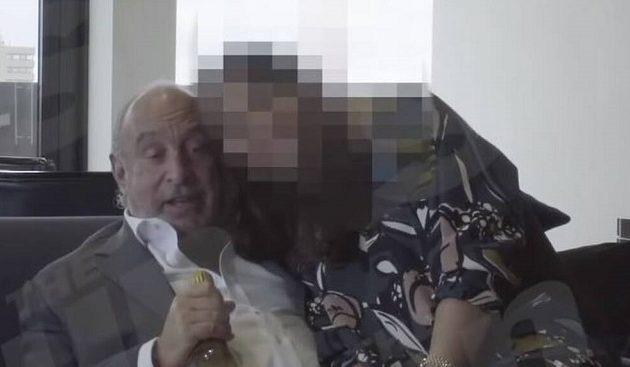 Βρετανός μεγιστάνας και σερ «παίζει» στα γόνατά του υπάλληλο και την αποκαλεί «ατακτούλα»! (βίντεο)