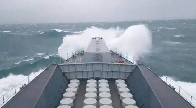 Τεράστια κύματα σφυροκοπούν πλοίο του βρετανικού ναυτικού (βίντεο)