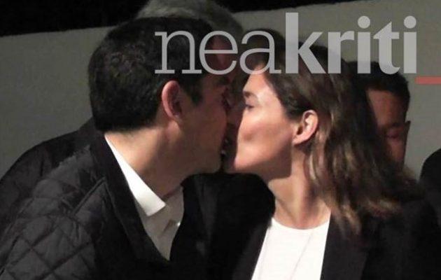Το «φιλί της αγάπης» του Αλέξη Τσίπρα στην Μπέττυ Μπαζιάνα (βίντεο)