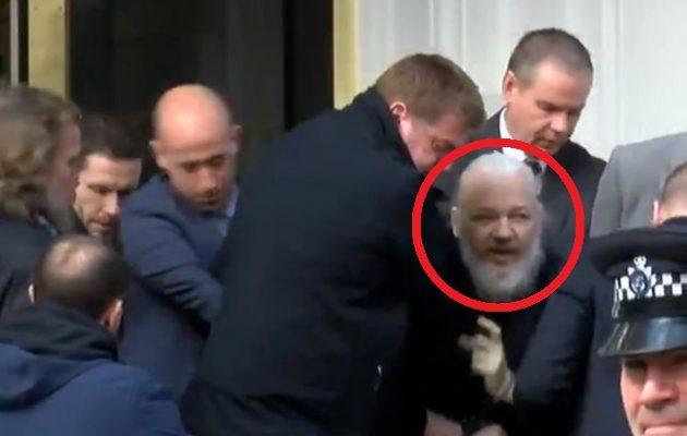 Η βρετανική Αστυνομία συνέλαβε τον Τζούλιαν Ασάνζ μέσα στην πρεσβεία του Εκουαδόρ