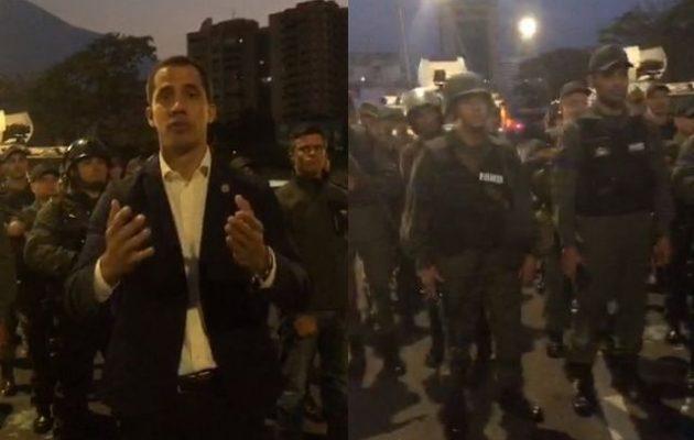 «Κάτι συμβαίνει» στη Βενεζουέλα – Ο Γκουάιντο εμφανίστηκε με στρατιώτες στο πλευρό του