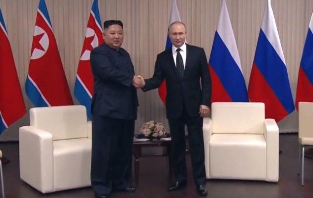Με θερμή χειραψία και χαμόγελα ξεκίνησε η συνάντηση του Κιμ με τον Πούτιν