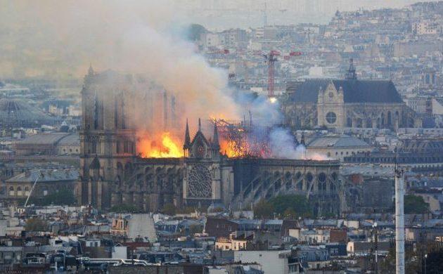Μαρτυρίες για τη φωτιά στην ιστορική Παναγία των Παρισίων – «Δεν είναι τυχαίο γεγονός»