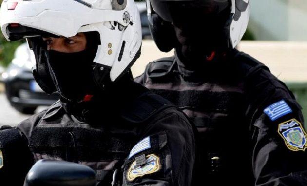 Επιτέθηκαν με πέτρες σε αστυνομικούς της ΔΙΑΣ στην Βούλα – Ένας τραυματίας