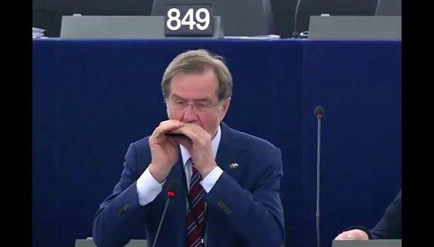 Σλοβένος ευρωβουλευτής άρπαξε τη φυσαρμόνικα και άρχισε να παίζει Μπετόβεν (βίντεο)