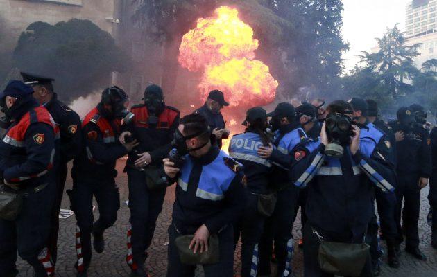 Στην Αλβανία έριξαν μολότοφ στο γραφείο του Ράμα στα Τίρανα (βίντεο)