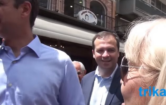 Ρεζίλι και στα Τρίκαλα: Έβαλαν γυναίκα να πει στον Μητσοτάκη «πόσο ωραίος είσαι» (βίντεο)