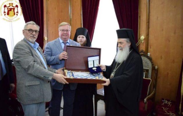 Οι ρωσοπράκτορες της «Αυτοκρατορικής Παλαιστινιακής Εταιρείας» παρασημοφόρησαν τον Θεόφιλο