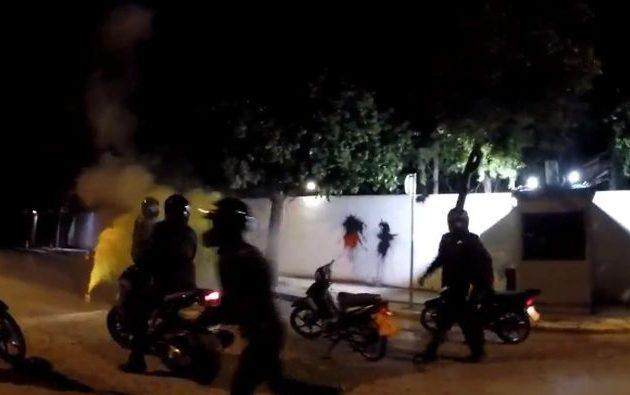 Ο «Ρουβίκωνας» επιτέθηκε στο σπίτι του Αμερικανού πρεσβευτή (βίντεο)