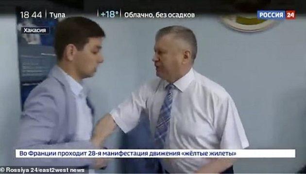 Ρώσος αξιωματούχος πλάκωσε δημοσιογράφο όταν τον ρώτησε αν είναι διεφθαρμένος (βίντεο)