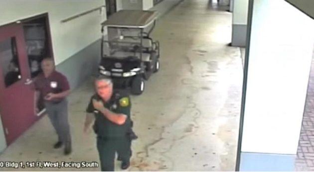 Αστυνομικός κινδυνεύει με 100 χρόνια φυλακή – Δείλιασε να επέμβει σε μακελειό (βίντεο)
