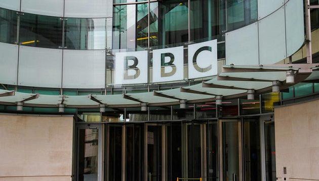 Το BBC καταργεί 450 θέσεις συντακτών