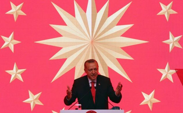 Στα όρια να… σαλτάρει ο Ερντογάν: «Ποιους θα συλλάβετε;» λέει στην Κύπρο – «Εσύ τι λες ρε!» στον Μακρόν