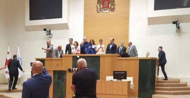 Εθνικιστές εισέβαλαν στο κοινοβούλιο της Γεωργίας (βίντεο)