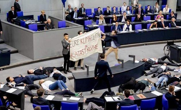 Εισβολή ακτιβιστών στη γερμανική βουλή την ώρα που μιλούσε ο Σόιμπλε