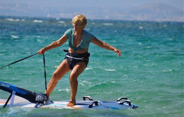 80χρονη σέρφερ δαμάζει τις θάλασσες της Κεφαλονιάς