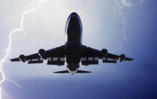 Αεροπλάνο προς Θεσσαλονίκη χτυπήθηκε από κεραυνό στον αέρα