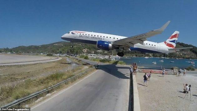 Αεροπλάνο περνά «ξυστά» πάνω από τα κεφάλια τουριστών στη Σκιάθο (βίντεο)