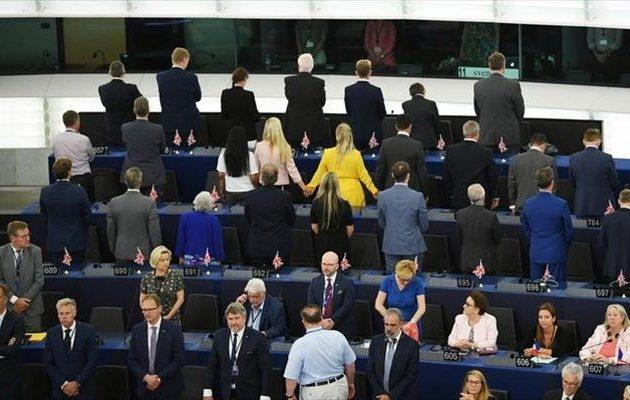Οι ευρωβουλευτές του BREXIT γύρισαν πλάτη κατά την ανάκρουση του ευρωπαϊκού ύμνου