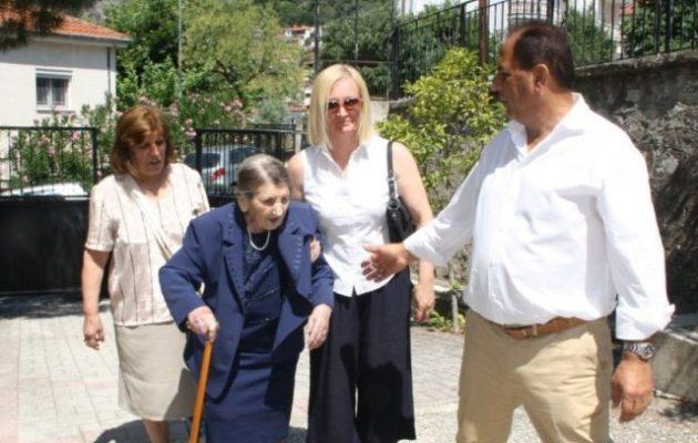 Γιαγιά 101 ετών την πήγαν να ψηφίσει τον γιο της υποψήφιο του ΚΙΝΑΛ