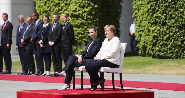 Η Μέρκελ υποδέχτηκε καθιστή τη Δανή πρωθυπουργό για να γλιτώσει το τρέμουλο