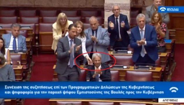 «Όρθιος»: Σκούντησαν βουλευτή να σηκωθεί για να χειροκροτήσει τον Βελόπουλο (βίντεο)