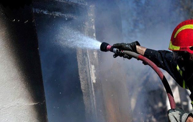 Πυρκαγιά απειλεί κατοικημένη περιοχή στα Μέγαρα