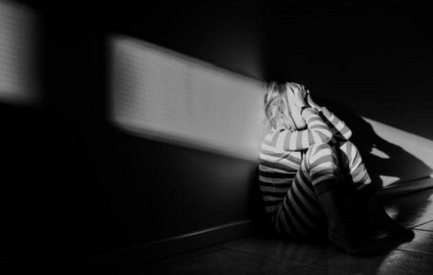 Γονείς-τέρατα κρατούσαν για 10 χρόνια φυλακισμένη την ανάπηρη κόρη τους