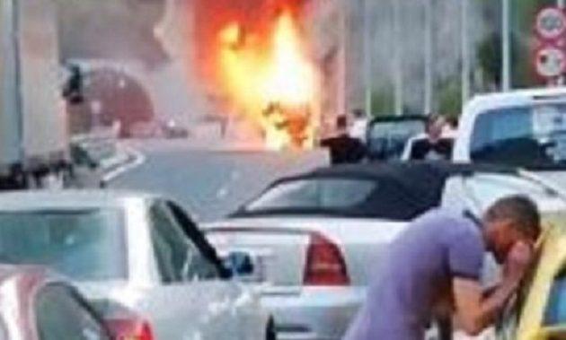 Τουριστικό λεωφορείο τυλίχθηκε στις φλόγες στην Εγνατία Οδό (βίντεο)