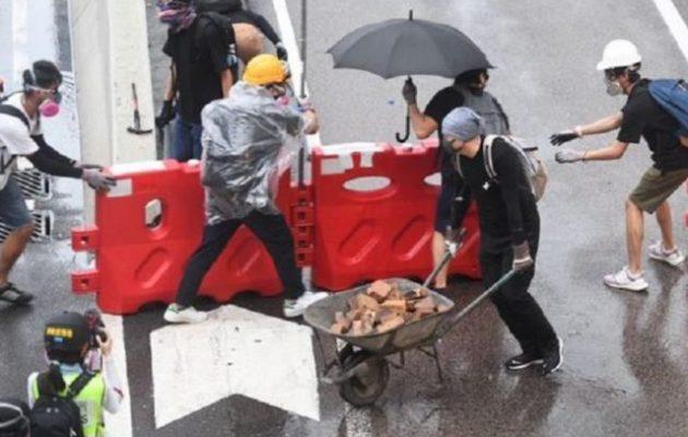 Χονγκ Κονγκ: Διαδηλωτές επιτέθηκαν με τούβλα και μολότοφ στους αστυνομικούς
