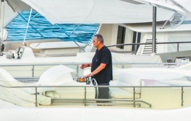 Πέταξαν γιαούρτια στο σκάφος του Καμμένου σε μαρίνα της Μήλου