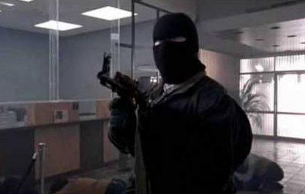 «Παπάς» και κουκουλοφόρος λήστεψαν 130.000 ευρώ από τράπεζα στην Αχαΐα
