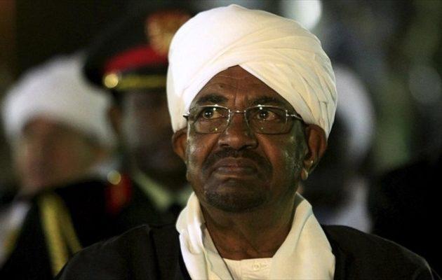 Δικάζεται ο ανατραπείς πρόεδρος του Σουδάν για χρηματισμό από τη Σ. Αραβία