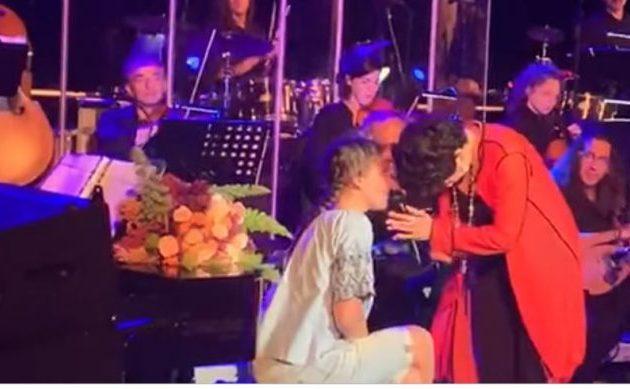 Συγκλονιστικό: 14χρονη δεν μιλάει αλλά τραγουδάει Πρωτοψάλτη σε συναυλία (βίντεο)