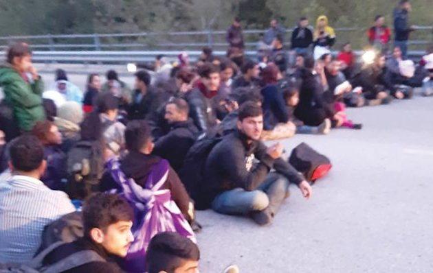 Πρόσφυγες και μετανάστες απέκλεισαν δρόμο στον Έβρο