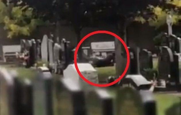 Ζευγάρι στην Ιρλανδία «το έκανε» στο νεκροταφείο – Τους «τράβηξε» επισκέπτρια τάφου (βίντεο)