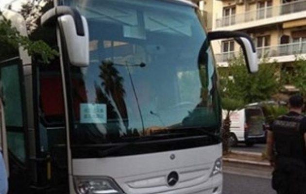 Τρόμος στην Αθήνα: Οδηγός ΙΧ πυροβόλησε τουριστικό λεωφορείο για την προτεραιότητα