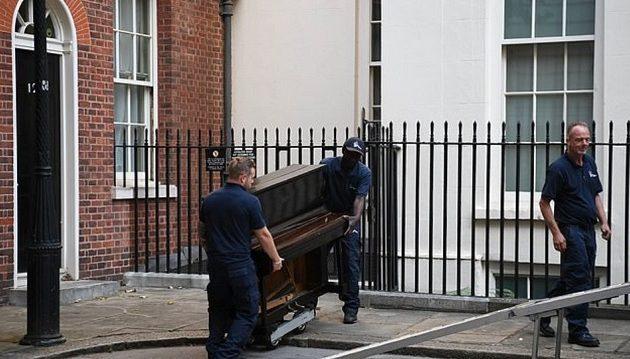 Η Βρετανία φλέγεται και ο Τζόνσον πήρε πιάνο στην πρωθυπουργική κατοικία
