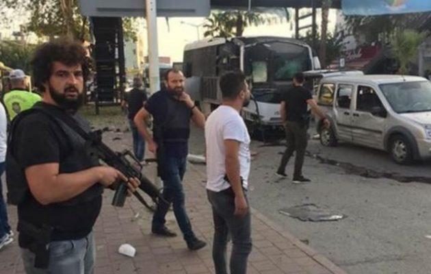 Τουρκία: Βομβιστική επίθεση σε λεωφορείο της Αστυνομίας – Πέντε τραυματίες
