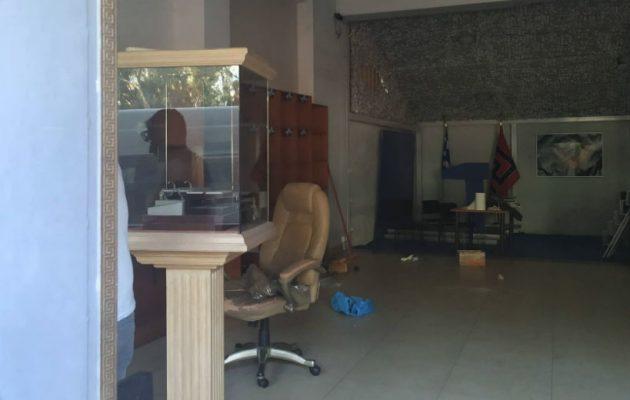 Ο Μιχαλολιάκος έβαλε λουκέτο στα κεντρικά γραφεία της Χρυσής Αυγής
