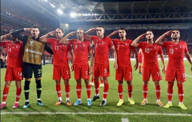 Τούρκοι διεθνείς ποδοσφαιριστές χαιρετούν στρατιωτικά υπέρ της εισβολής στη Συρία