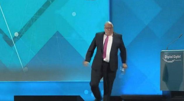 Ο Γερμανός υπ. Οικονομίας έπεσε από τη σκηνή και έμεινε αναίσθητος (βίντεο)