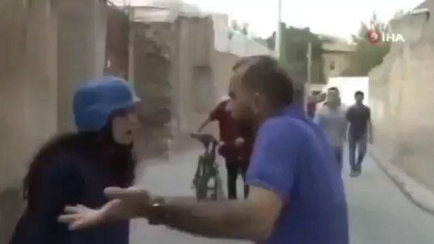 Τουρκάλα δημοσιογράφος απειλεί πολίτες να πουν αυτά που θέλει αλλιώς θα τους καταγγείλει (βίντεο)