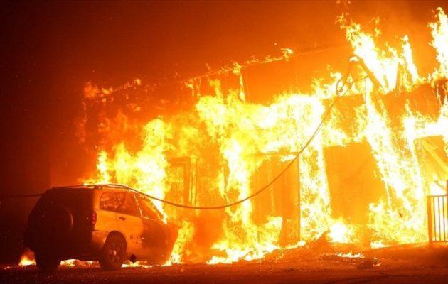 Φωτιά απειλεί σπίτια πλουσίων στην Καλιφόρνια
