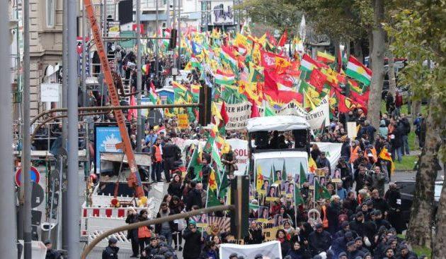 Χιλιάδες Κούρδοι διαδήλωσαν στη Γερμανία κατά της τουρκικής εισβολής στη Συρία